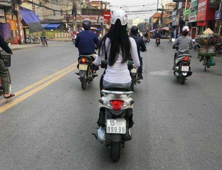 Co gai Hai Phong chay xe may bien 999.99 van nguoi muon xem mat - Anh 2