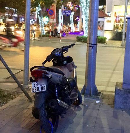 Co gai Hai Phong chay xe may bien 999.99 van nguoi muon xem mat - Anh 5