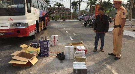 Bat xe khach van chuyen 1.308 goi thuoc la nhap lau - Anh 1
