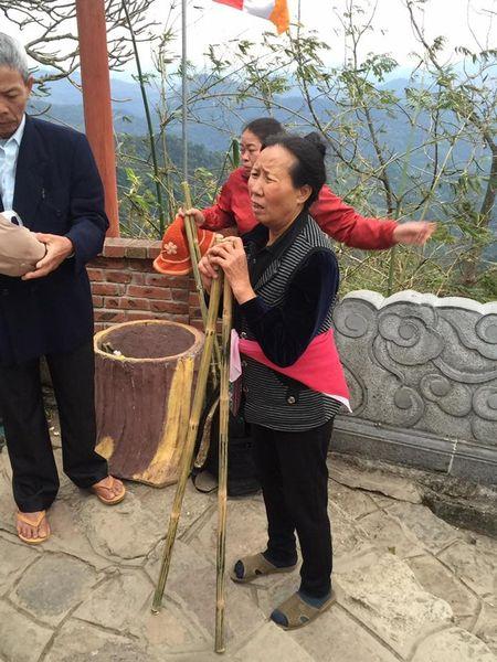 Yen Tu: Hang nghin nguoi un un du xuan le Phat nhung khong chen lan, rac thai duoc de gon gang - Anh 7