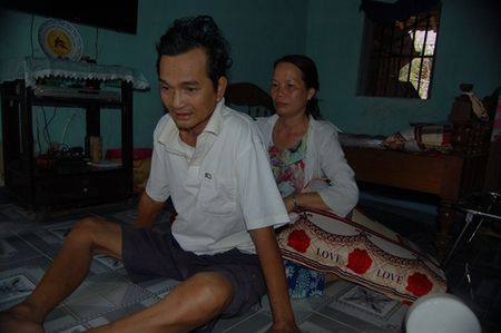 Nguoi dan ba 'vi dai' mot doi lo cho chong benh tat va 3 dua con khong phai cua minh - Anh 2