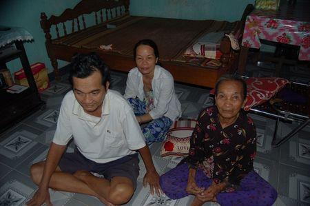 Nguoi dan ba 'vi dai' mot doi lo cho chong benh tat va 3 dua con khong phai cua minh - Anh 3
