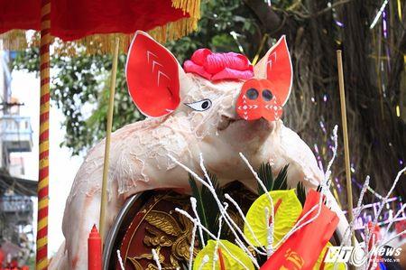 'Ong lon' mac 'ao choang' mo mang duoc ruoc khap lang La Phu - Anh 4