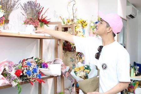 Noo Phuoc Thinh bi bat gap di mua hoa tang nguoi bi mat - Anh 1