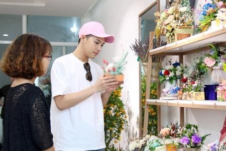 Noo Phuoc Thinh bi bat gap di mua hoa tang nguoi bi mat - Anh 2