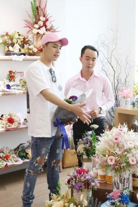 Noo Phuoc Thinh bi bat gap di mua hoa tang nguoi bi mat - Anh 3