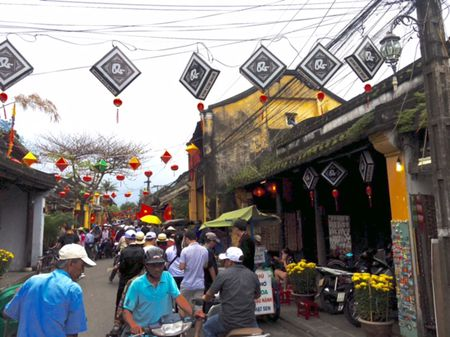 'Dung bien pho co Hoi An thanh cai cho' - Anh 1