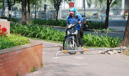 Sai Gon lap barie tren via he: Bao ve nguoi di bo, chong xe may leo le - Anh 1