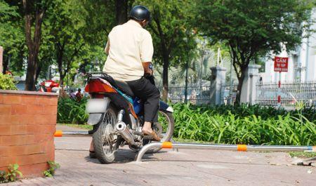 Sai Gon lap barie tren via he: Bao ve nguoi di bo, chong xe may leo le - Anh 5