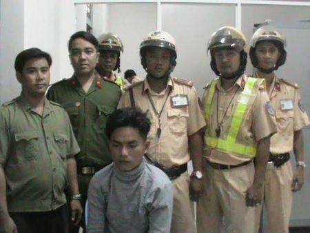 CSGT bat khan cap nghi pham truy na tren xe khach 16 cho - Anh 1