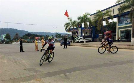 172 van dong vien tham gia giai dua xe dap le hoi Den Thuong - Anh 1