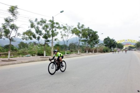172 van dong vien tham gia giai dua xe dap le hoi Den Thuong - Anh 3