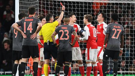 Wenger lon tieng canh bao UEFA - Anh 2