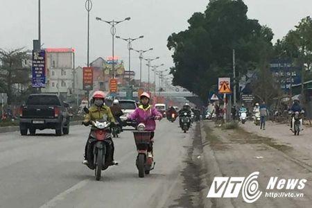 Coi thuong mang song, than nhien phong xe nguoc chieu tren quoc lo o Quang Ninh - Anh 1