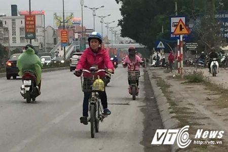 Coi thuong mang song, than nhien phong xe nguoc chieu tren quoc lo o Quang Ninh - Anh 2
