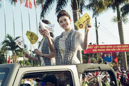 Hoa hau Ngoc Han, A hau Huyen My khuay dong le hoi duong pho Buon Me Thuot - Anh 12