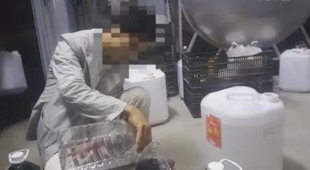 Ha Noi: Thu giu gan 5.000 lit ruou chua ro nguon goc - Anh 1