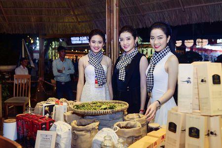 Hoa hau Ngoc Han, A hau Huyen My khuay dong le hoi duong pho Buon Me Thuot - Anh 2