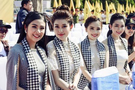 Hoa hau Ngoc Han, A hau Huyen My khuay dong le hoi duong pho Buon Me Thuot - Anh 9