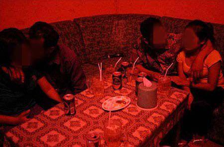 Dang hat karaoke, mo sang xam hai con gai chu nha - Anh 1