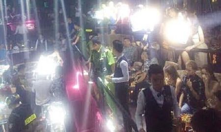 Dot kich quan bar tom 'cau am, co chieu' dang bay lac dien cuong - Anh 1