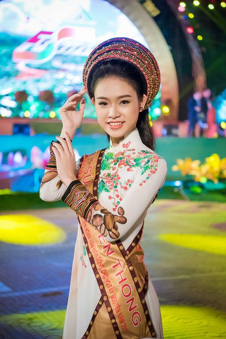 My nhan hoc gioi nhat Hoa hau Viet Nam bi 'bao vay' o Tay Nguyen - Anh 1