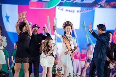 My nhan hoc gioi nhat Hoa hau Viet Nam bi 'bao vay' o Tay Nguyen - Anh 2