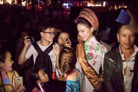 My nhan hoc gioi nhat Hoa hau Viet Nam bi 'bao vay' o Tay Nguyen - Anh 4