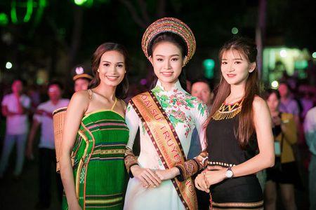 My nhan hoc gioi nhat Hoa hau Viet Nam bi 'bao vay' o Tay Nguyen - Anh 6