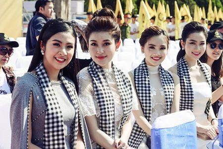 Huyen My, Ngoc Han gay 'nao loan' le hoi duong pho - Anh 3