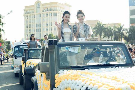 Huyen My, Ngoc Han gay 'nao loan' le hoi duong pho - Anh 5