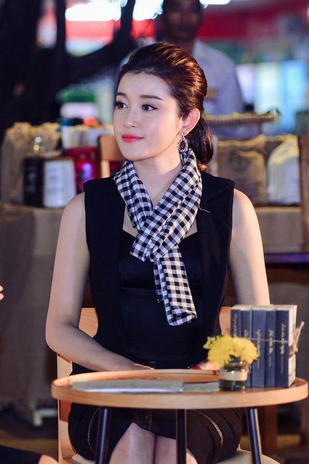 Huyen My, Ngoc Han gay 'nao loan' le hoi duong pho - Anh 9