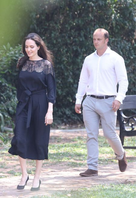 Nguoi tinh 'tin don' cua Angelina Jolie bi bat gap len may bay rieng cung cac con cua co - Anh 5