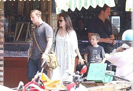 Nguoi tinh 'tin don' cua Angelina Jolie bi bat gap len may bay rieng cung cac con cua co - Anh 6