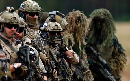 Thanh vien NATO 'luc duc' phan doi dua binh si den bien gioi Nga - Anh 1