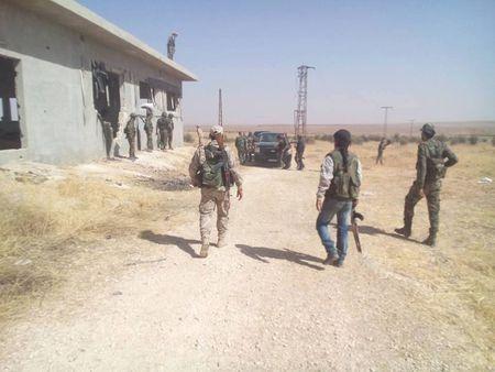 Quan doi Syria tap kich chiem giu khoi luong lon vu khi IS (video) - Anh 1