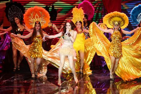Qua khon kheo, Huong Giang Idol danh bai Yanbi - Yen Le trong dem nhac Latin Remix New Generation - Anh 2