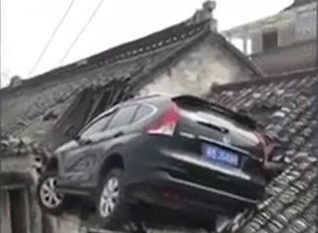 Tai xe Honda CR-V do xe tren noc nha nhu phim hanh dong - Anh 1
