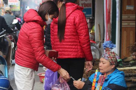 Cong nhan voi ban khoan trang trai sinh hoat phi - Anh 1