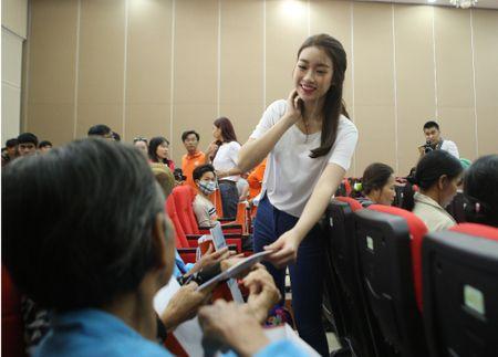 Hoa hau Do My Linh hoa cung 3.000 nguoi phat dong 'Ngay vi cong dong' - Anh 1