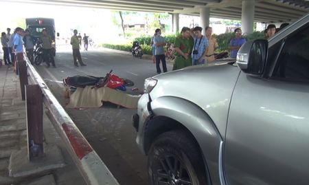 Nam thanh nien tu vong canh chiec xe Fortuner ben ve duong - Anh 2