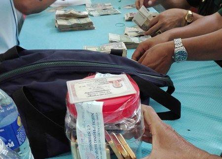 Nguoi phu nu Campuchia nghi mang 8 kg vang qua bien gioi - Anh 1