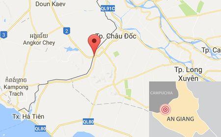 Nguoi phu nu Campuchia nghi mang 8 kg vang qua bien gioi - Anh 2