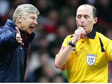Wenger: 'Roi nguoi ham mo, dai truyen hinh se dam don kien vi Suarez an va' - Anh 2