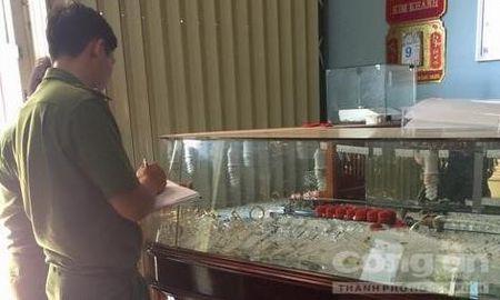 Nong trong ngay: Doi vo chong chet trong ngoi nha o Binh Duong - Anh 7
