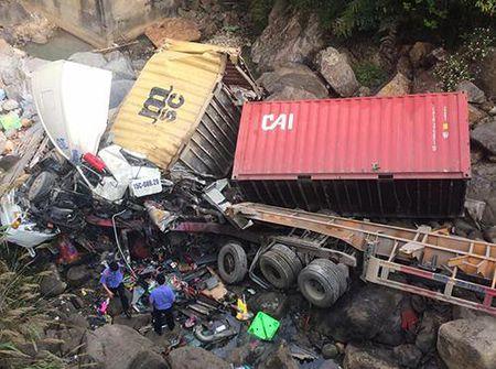 Container dam xe tai roi cung lao xuong vuc, 4 nguoi bi thuong nang - Anh 1