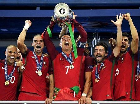 Chum anh: Ronaldo rang ro trong ngay duoc vinh danh tai que nha - Anh 5