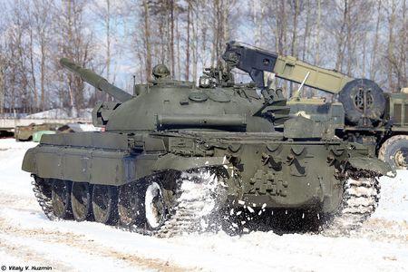 Khoanh khac xe tang T-62M bi xe xac o Syria - Anh 12