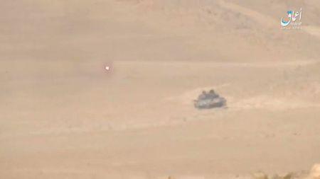 Khoanh khac xe tang T-62M bi xe xac o Syria - Anh 1
