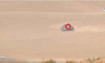 Khoanh khac xe tang T-62M bi xe xac o Syria - Anh 2